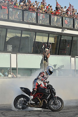Carlos Checa e la sua Ducati Diavel in un burn out al WDW 2012